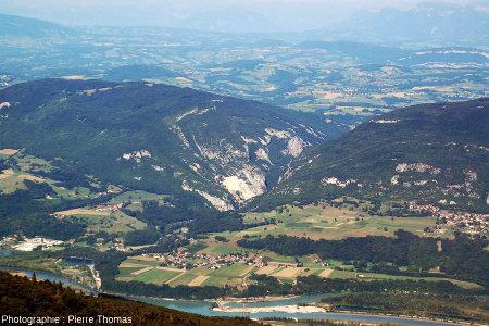 La cluse du Val de Fier, à la frontière de la Savoie et de la Haute Savoie, vue du Grand Colombier (Ain)