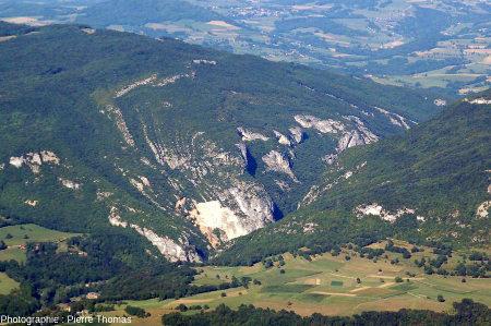 Gros plan sur la rive droite du Val de Fier