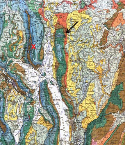 Extrait de la carte géologique d'Annecy au 1/250000 montrant la situation du Val de fier (flèche noire) et de l'anticlinal du Gros Foug (de direction N-S, au milieu de la carte)