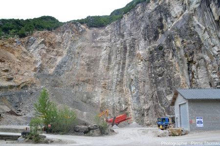La carrière située sur la rive droite du Val de Fier