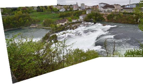 Vue d'ensemble des chutes du Rhin, depuis la rive gauche du fleuve