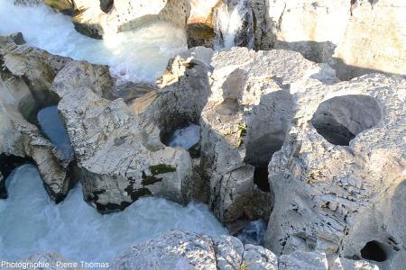 Marmites de géant dans le lit de la Cèze au lieu-dit Cascade du Sautadet, la Roque-sur-Cèze, Gard