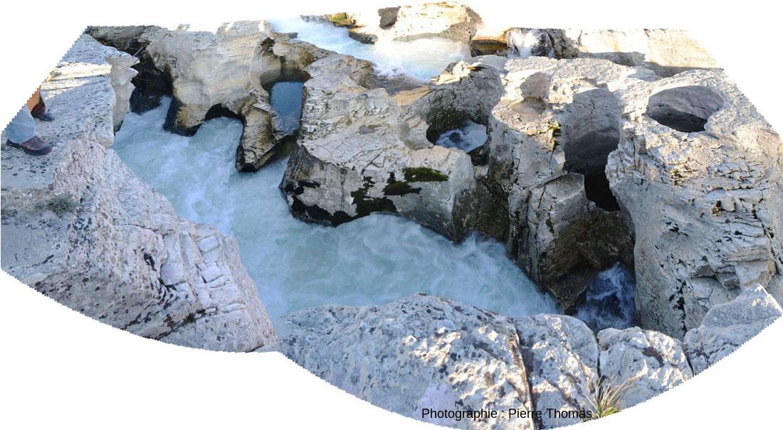 Un peu de recul sur les marmites de géant de la cascade du Sautadet