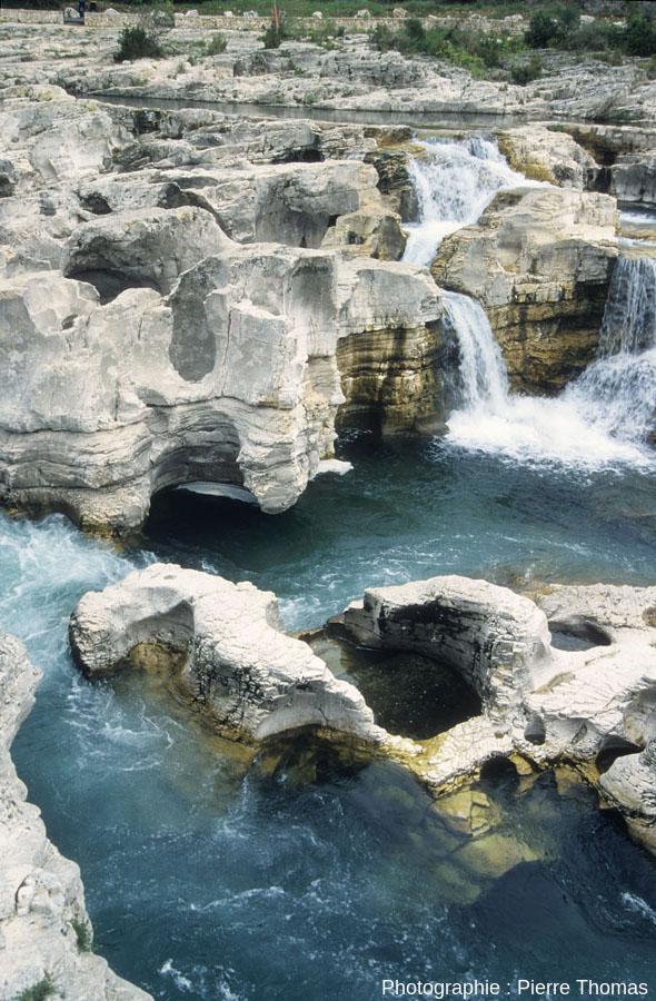 Détail de marmites de géant vues depuis la rive droite de la Cèze