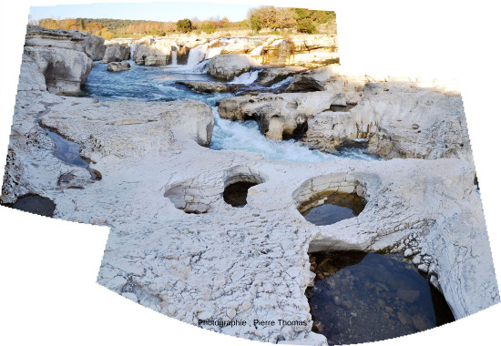 Mosaïque montrant le lit mineur de la Cèze coulant quelques mètres plus bas que des dalles de calcaires subhorizontales, qui constituent son lit majeur