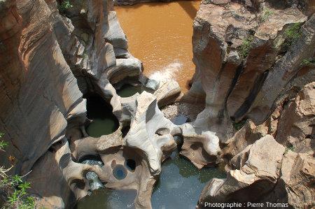 Marmites de géant dans le lit de la Treur juste avant son confluent avec la Blyde aux eaux turbides, Afrique du Sud