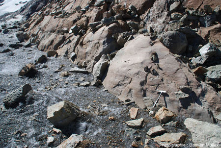 Contact entre la glace du glacier de Saint Sorlin et sa paroi rocheuse de la rive gauche