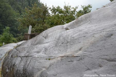 Zoom sur la surface des gneiss, surface moutonnée et striée, fort de Bard (Val d'Aoste, Italie)