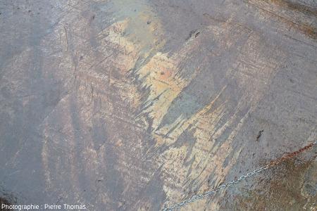 Zoom sur les microplis synmétamorphes dans les gneiss, très visibles à la base de la glissade des femmes, fort de Bard (Val d'Aoste, Italie)