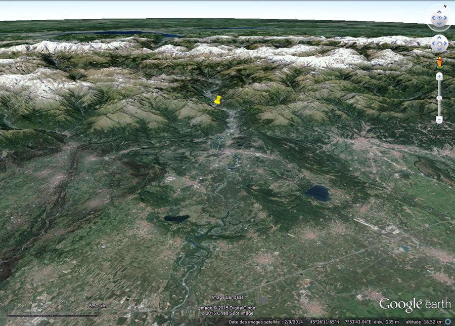La vallée de la Dora Baltea (avec le géosite archéologique de Bard, punaise jaune) et son débouché dans la plaine du Pô (au premier plan)