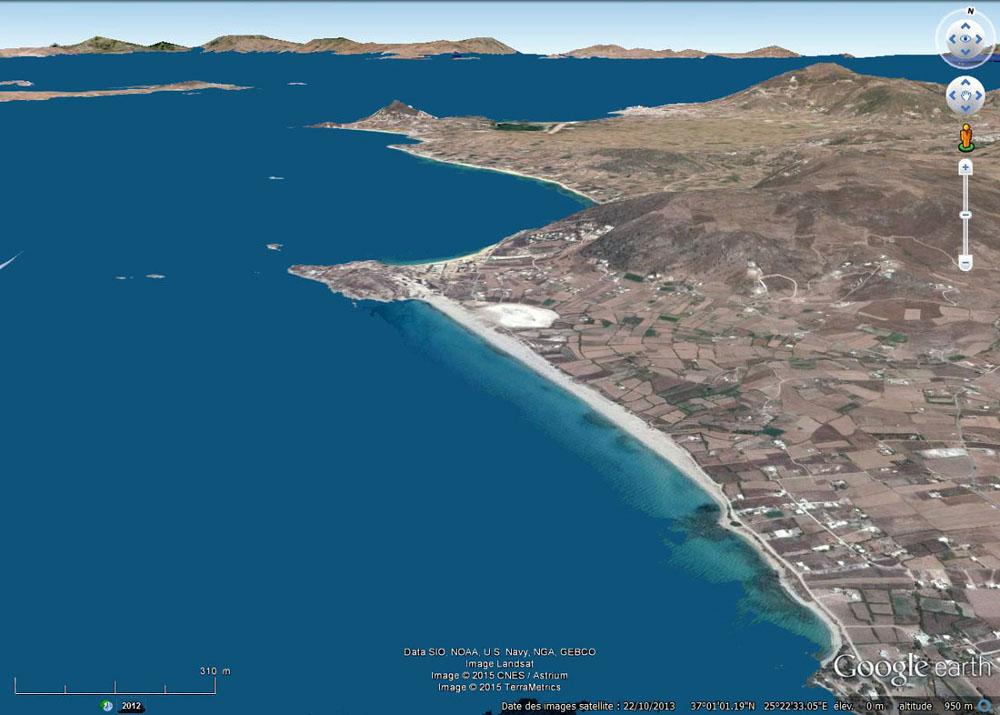 Vue aérienne de la lagune de Mikri Vigla, juste au centre de l'image, île de Naxos, Grèce