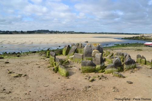 Ruines de l'allée couverte de Guinirvit, Baie de Kernic, Plouescat (Finistère) photographiées à marée basse