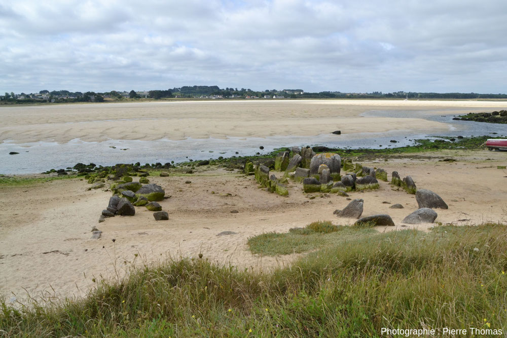 Vue plus lointaine de l'allée couverte de Guinirvit, Baie de Kernic, Plouescat (Finistère)