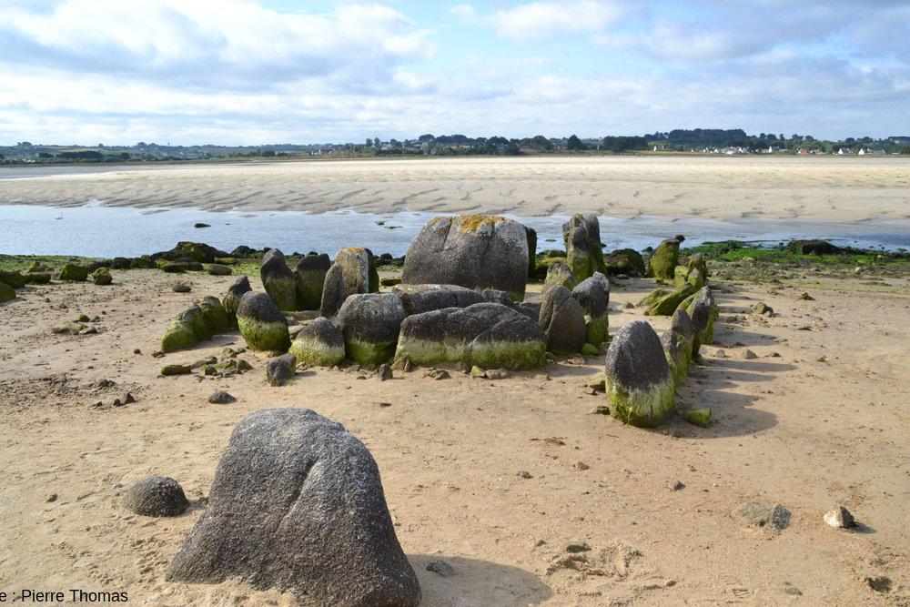 Vue, depuis le Nord, de l'allée couverte de Guinirvit, Baie de Kernic, Plouescat (Finistère)