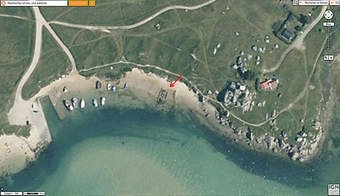 Vue aérienne de la plage où est située l'allée couverte de Guinirvit , Baie de Kernic, Plouescat (Finistère)
