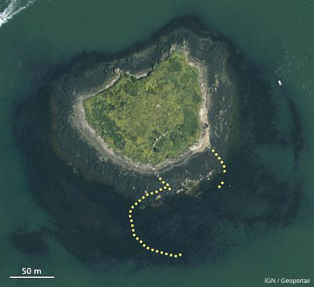 Localisation de l'allée couverte de Guinirvit, Baie de Kernic, Plouescat, Finistère (punaise jaune) et des cromlechs d'Er Lanic dans le golfe du Morbihan (punaise rouge)