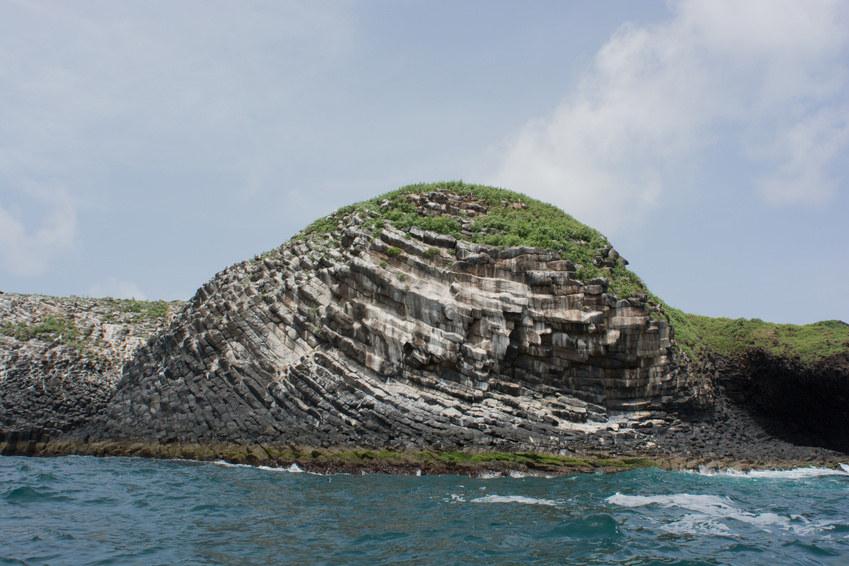 Prismation «en arcs» sur la côte Est de l'île de la Madeleine (à la saison des pluies)