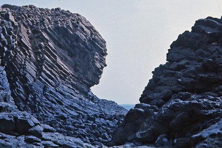 Détail de la terminaison redressée d'un faisceau de prismes «en arcs», pointe Sud de l'île de la Madeleine