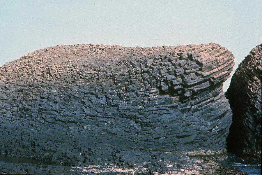 Prismes «en arcs» de grande longueur (> 50 m), dont la partie médiane est disposée à plat, pointe Sud de l'île de la Madeleine