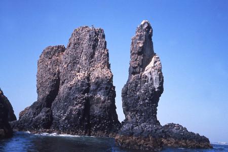 Les «statues de basalte» à prismation verticale du Sud de l'île Lougne