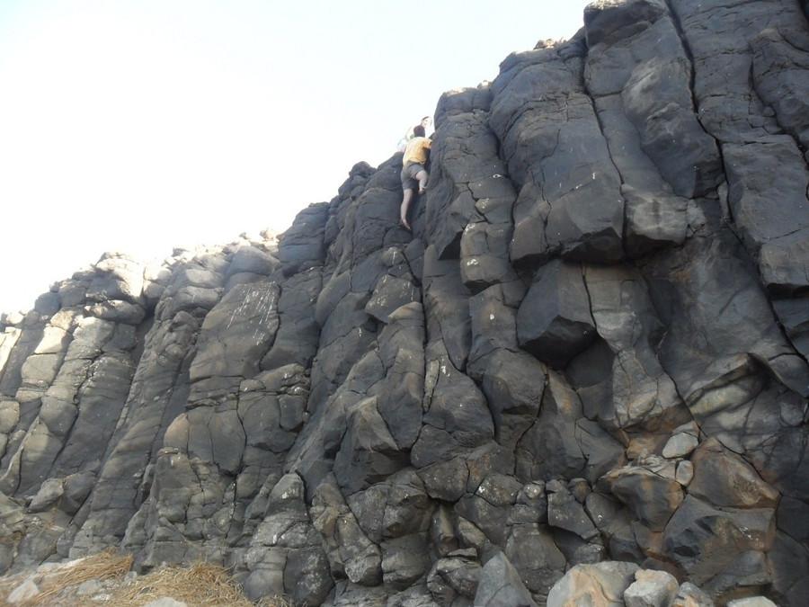 Prismation verticale «classique» au Sud-Ouest de l'île de la Madeleine, à prismes grossiers, «en patte d'éléphant»