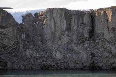 Coulée basaltique à fausse colonnade et entablement avec éventails et chevrons de prismes, Godafoss, Islande