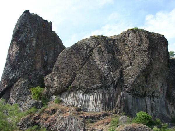 Le Rocher de Prades (43), remarquable coulée à entablement