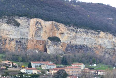 Les anciennes carrières de Couzon au Mont d'Or (banlieue Nord de Lyon, Rhône) photographiées depuis le SE, en avril 2015, 22 ans après l'éboulement de 1993