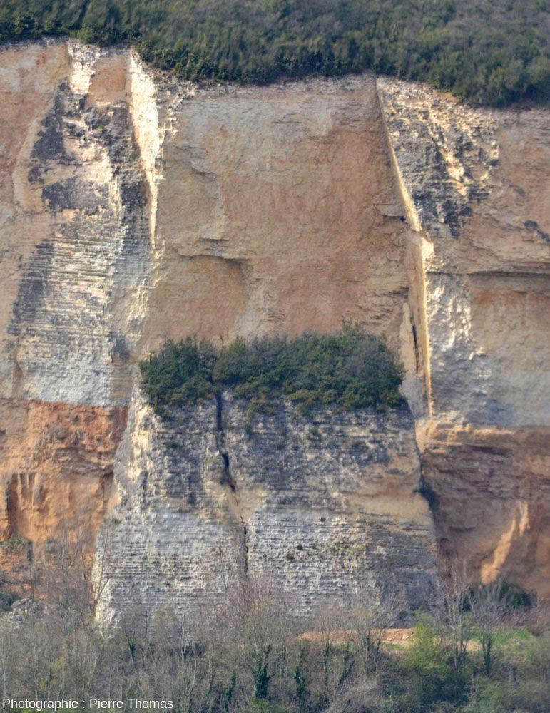 Bloc éboulé en 1993 mais resté à la verticale, falaise de Couzon au Mont d'Or
