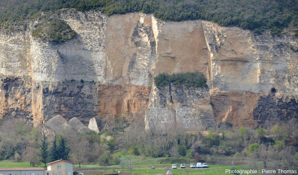 La falaise de Couzon au Mont d'Or et le bloc éboulé en 1993 mais resté vertical