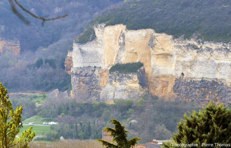 Vue, depuis le Nord-Est, sur la falaise de la carrière de Couzon au Mont d'Or et le bloc éboulé en 1993 mais resté vertical