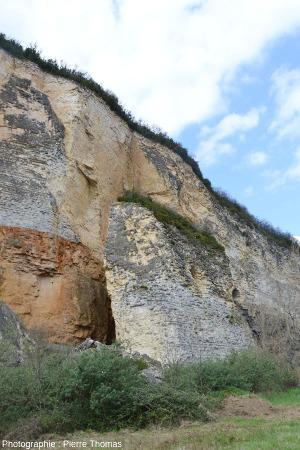 Vue, depuis le Sud, sur le principal bloc éboulé, resté vertical, Couzon au Mont d'Or