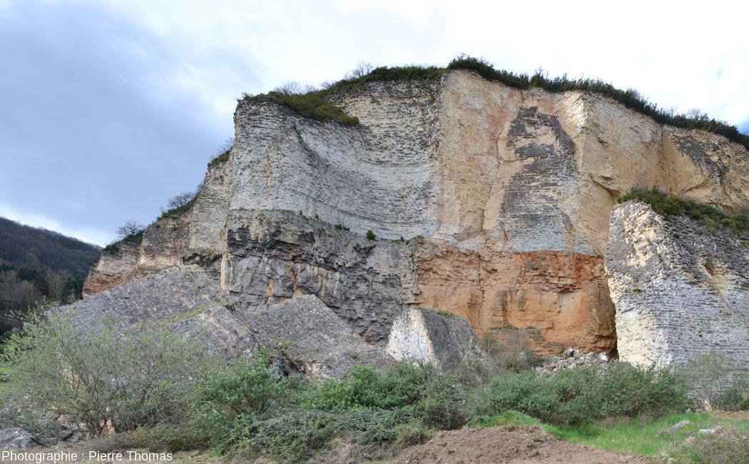 Vue d'ensemble de la paroi immédiatement au Sud du gros bloc éboulé et resté vertical, carrière de Couzon au Mont d'Or