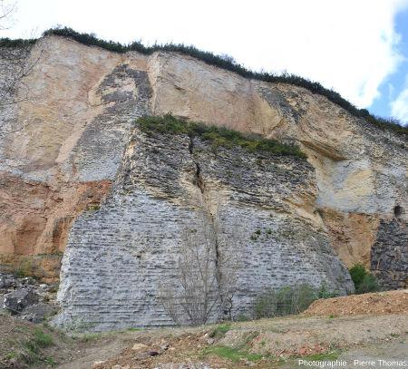 Le gros bloc de ciret, resté vertical après l'éboulement, n'est pas resté intact
