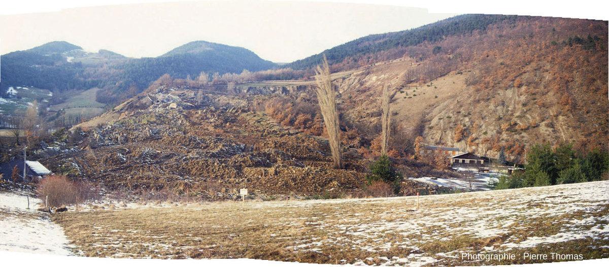 Vue globale, une semaine après, du glissement de terrain du 8 janvier 1994 ayant eu lieu à la Salle en Beaumont, Isère