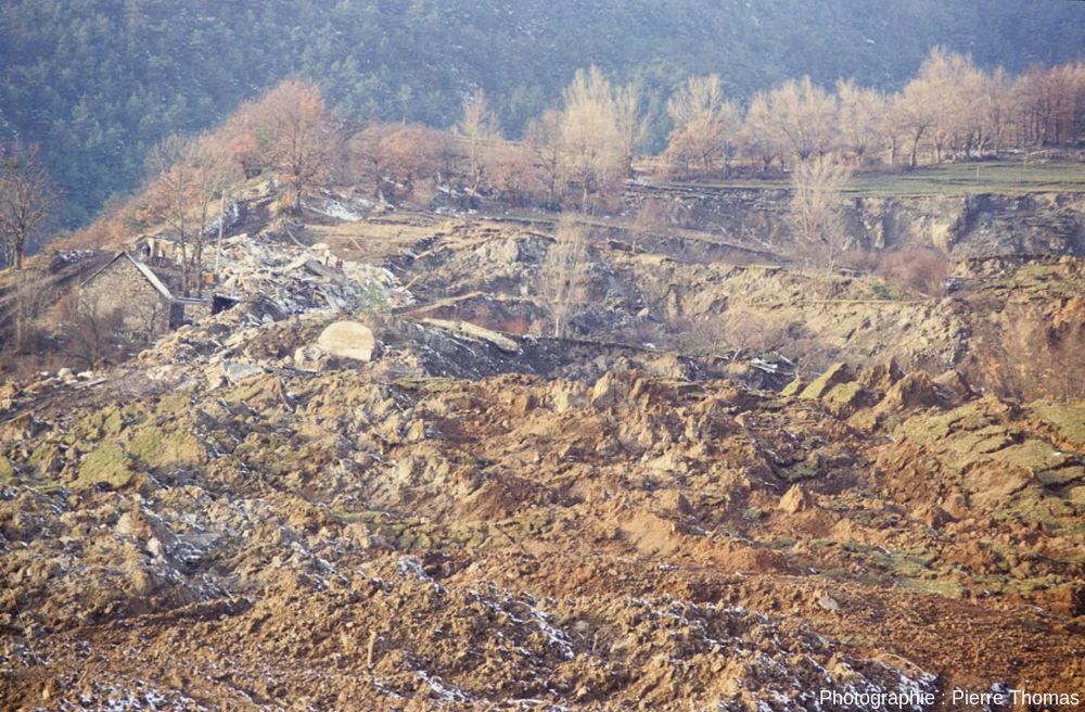 """Zoom sur la """"rive droite"""" (bord Ouest) du glissement de terrain de la Salle en Beaumont (Isère), janvier 1994"""