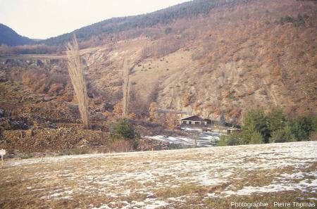 """Zoom sur la """"rive gauche"""" (bord Est) du glissement de terrain de la Salle en Beaumont (Isère), janvier 1994"""