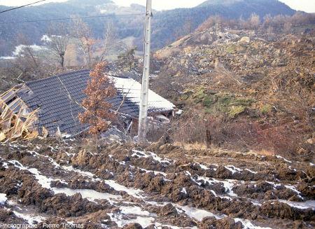 Une maison très fortement endommagée situé juste en aval du glissement de terrain de la Salle en Beaumont (Isère)