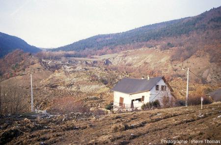 Une maison moins fortement endommagée situé juste en aval du glissement de terrain de la Salle en Beaumont (Isère)