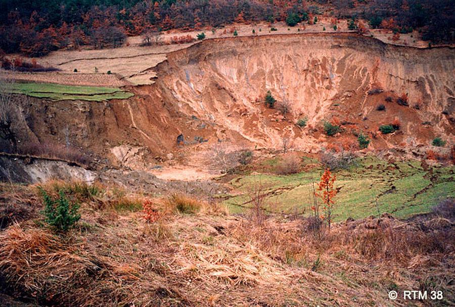 Zone d'arrachement et parties amont du glissement de terrain de la Salle en Beaumont, 8 janvier 1994