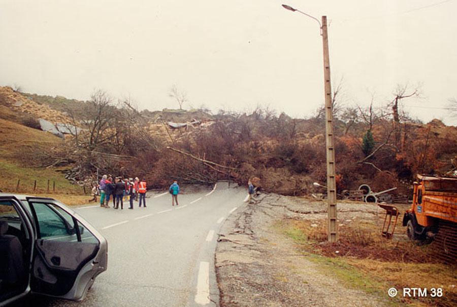 """Bord Ouest du glissement de terrain de la Salle en Beaumont recoupant la RN85 (la fameuse """"Route Napoléon""""), 8 janvier 1994"""