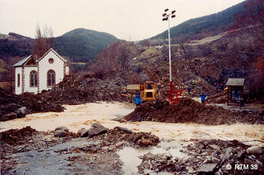 Bord Est du glissement de terrain de la Salle en Beaumont recoupant la RN85 au niveau de l'église partiellement détruite, 8 janvier 1994