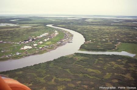 Sols à polygones très dégradés mais qui voisinent un village, ce qui permet d'avoir une idée de la taille des polygones, delta de la Kolyma (Sibérie)