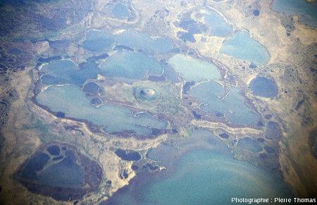 Pingo solitaire entouré de lacs, Ouest de l'embouchure de la Kolyma (Sibérie)