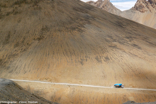 Sols striés sur le versant Nord du Lachulungla, col à 5064m dans le Ladakh indien