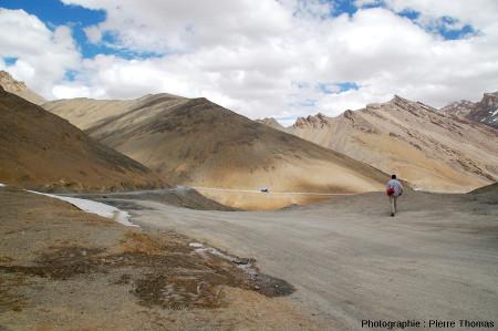 Zoom arrière sur la pente faite de sols striés du versant Nord du Lachulungla, col à 5064m dans le Ladakh indien