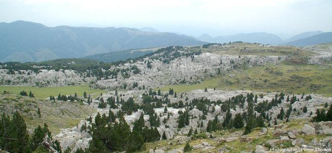 Vue d'ensemble de ce petit secteur du lapiaz de la Pierre Saint Martin (Pyrénées Atlantiques)