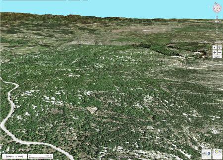 Vue aérienne du secteur NO du Bois de Païolive sur la rive droite (au Sud) du Chassezac dont on voit les gorges traverser l'image d'Ouest en Est