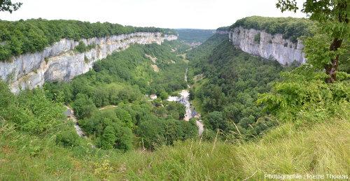 La reculée de Baume-les Messieurs (Jura), prise de l'amont, en direction du Nord