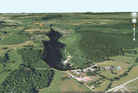 La reculée de Baume-les Messieurs (Jura), prise d'une hauteur de 391m, en direction du Nord, vers l'aval